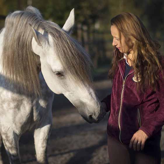 Sanna Siekkinen ja Dean hevonen ratsastuskoulu Equstomissa